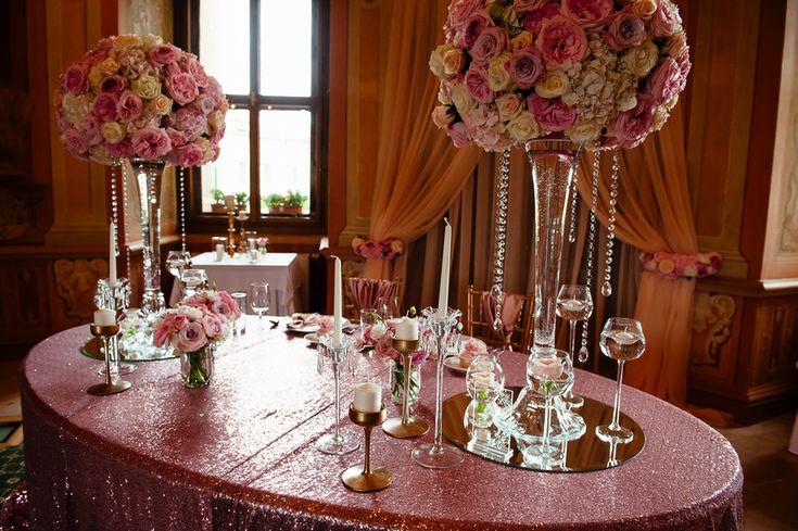 Chateau Liblice.Свадьба в Чехии. Свадебный фотограф в Чехии: свадебный декор, розовый, украшение банкета, розовые скатерти, цветочные композиции, кристаллы, зеркала на скатерти