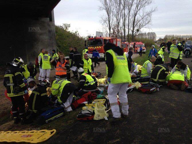 A la Une | Accident de la rame d'essai de TGV : 10 morts, douze blessés graves, cinq personnes recherchées, numéro vert mis en place http://www.dna.fr/actualite/2015/11/14/un-train-se-renverse-et-prend-feu-a-eckwersheim-pres-de-strasbourg