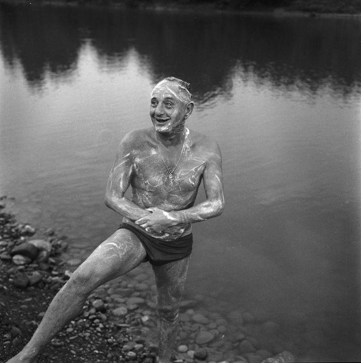 Le colonel Marcel Bigeard se baigne dans l'Ariège après sont footing quotidien à Lacroix-Falgarde (Haute-Garonne), 30 août 1966, André Cros, négatif N&B,