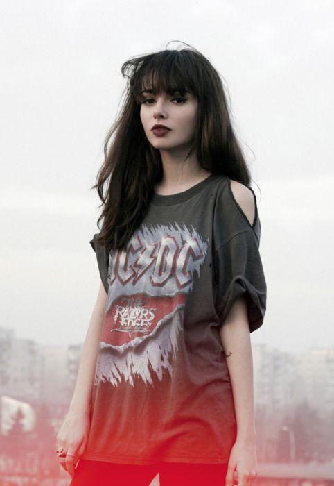 camiseta de banda com corte nos ombros