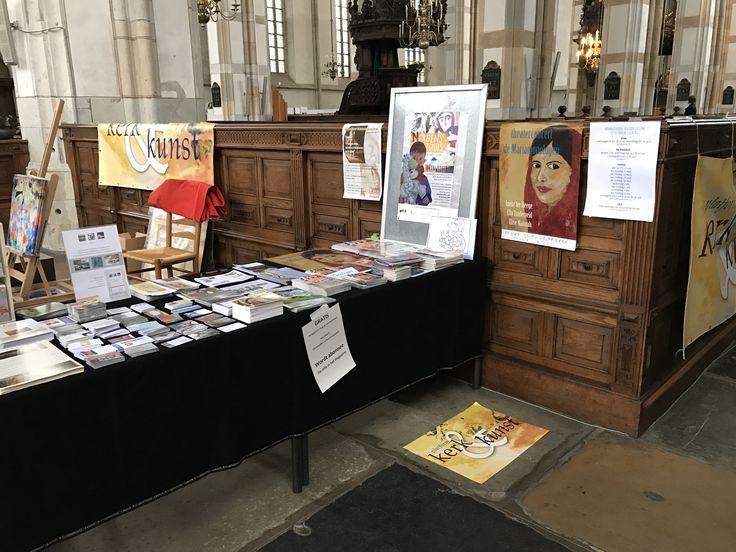 Rommelige tafel expo Zwolle Grote Kerk