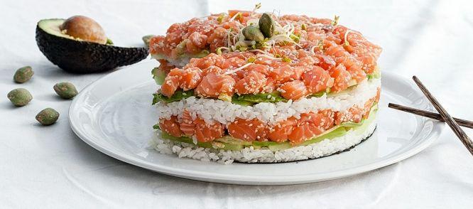 Sushi, maar dan taart. Lekker! Hier kun je eindeloos naar smaak mee varieren.