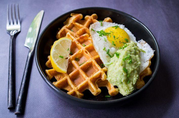 Un assiette parfaite pour un petit déjeuner copieux, ou un lunch complet : des gaufres de patate douce, du guacamole maison et un oeuf au plat !