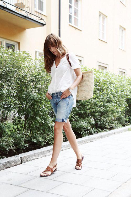 simplicidade e despreocupação: bermuda, blusinha leve, rasteirinha em cor neutra.