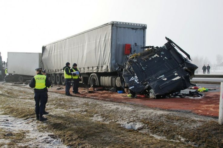 Karambol A1 Piotrków Trybunalski: policja pod nadzorem prokuratury bada przyczyny wypadku i udrażnia przejazd na autostradzie A1