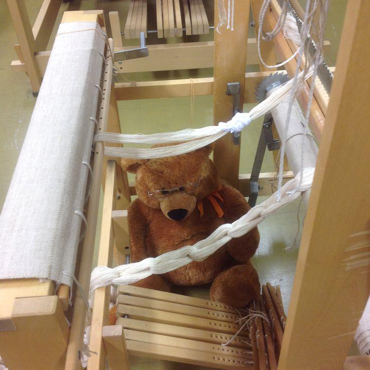 Kankaankudontaryhmissä Kirkonkylän koululla ja Koskilinnassa käytetään kangaspuita. Nämä valkeat nauhat ovat loimia.