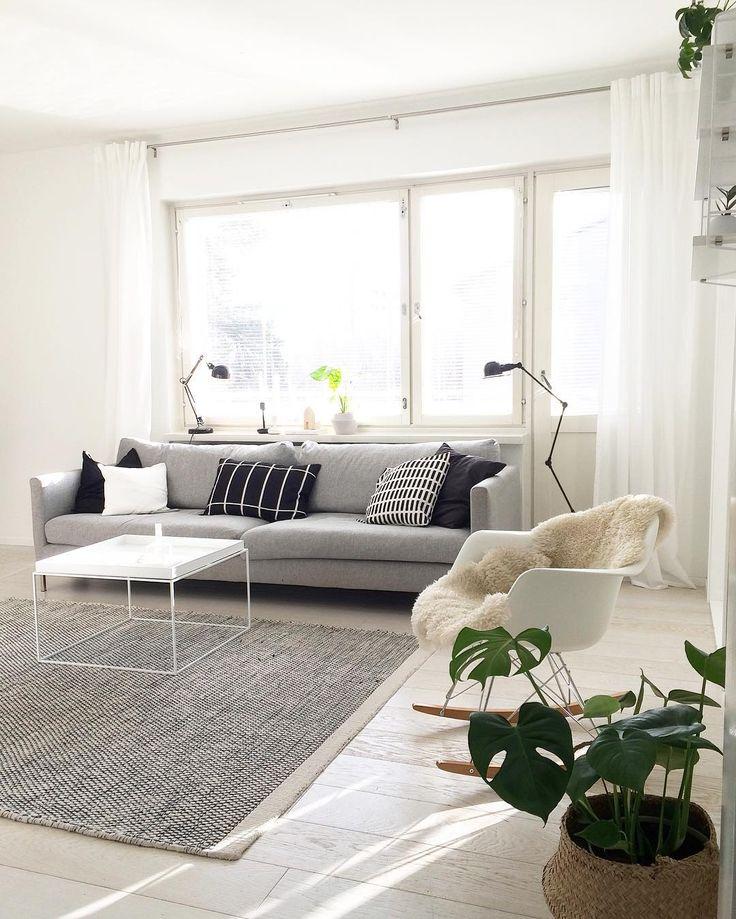 Yksinkertainen on monesti kaunista. Kevyt värimaailma ja huonekalujen design rauhoittaa mukavasti tilan tunnelmaa.