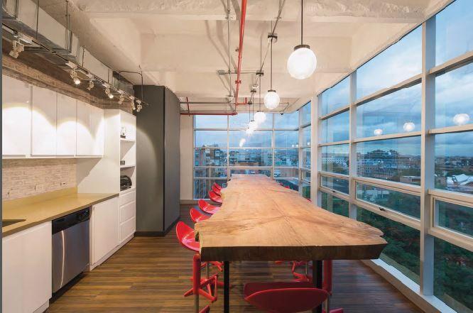 Elementos de arquitectura interior muy bien pensados y un mobiliario ecléctico poseedor de una gran calidad en su diseño muestran la intención hogareña con la que se proyectó el interiorismo de estas oficinas.