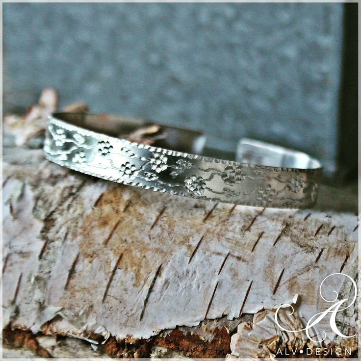 Vackert handarbetat silverarmband med graverade blommor. One Size. Design och arbete av konstnär och silverdesigner Anneli Lindström, Alv Design. Välkommen att se mer i webbutiken www.alvdesign.se