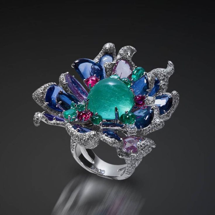 Ring by Karen Suen  cat's eye paraiba tourmaline surrounded by emeralds sapphires spinels and diamonds all in white gold  __________  Sortija de Karen Suen  turmalina paraiba ojo de gato rodeada de esmeraldas zafiros espinelas y diamantes todo en oro blanco  __________  #DeJoyaEnJoya #FromJewelToJewel #JewelryBlog #KarenSuen #KarenSuenFineJewelry #InstaRings #anillo #sortija #JewelryActivist #Enjoyate #luxury #InstaJewelry #JewelryGram #paraiba #tourmaline #turmalina #emeralds #sapphires…