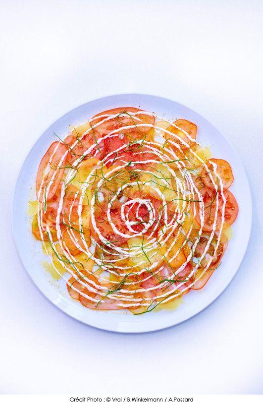 #Recette de #Carpaccio de #tomates, crème fraîche aux quatre épices et oseille