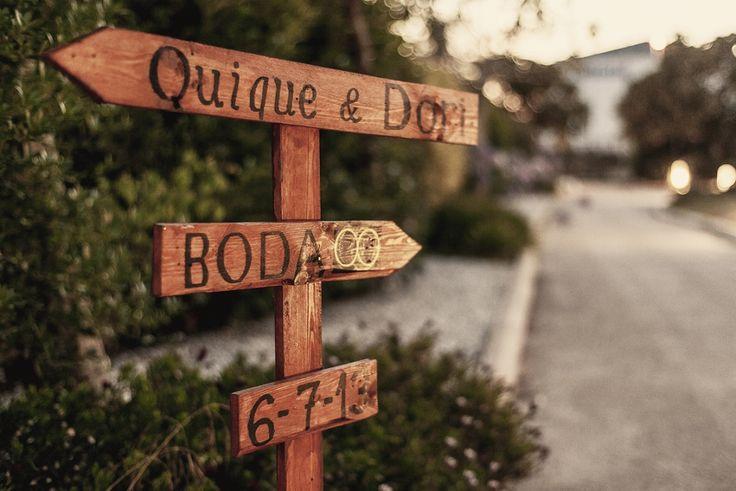 Cartelería// Señales de madera. Foto: Vicente Forés. Organización: Señor y señora de #bodassrysrade www.señoryseñorade.com