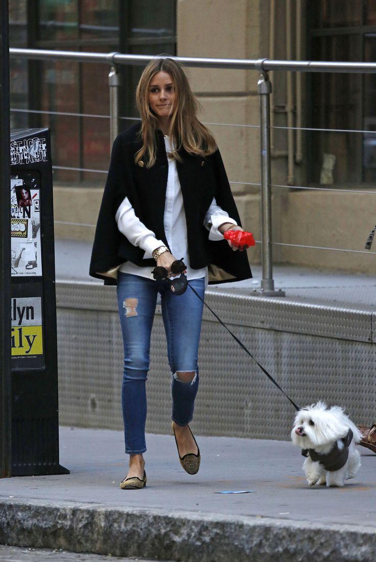 Jeans, camisa, capa y bailarinas. Olivia perfecta como siempre.