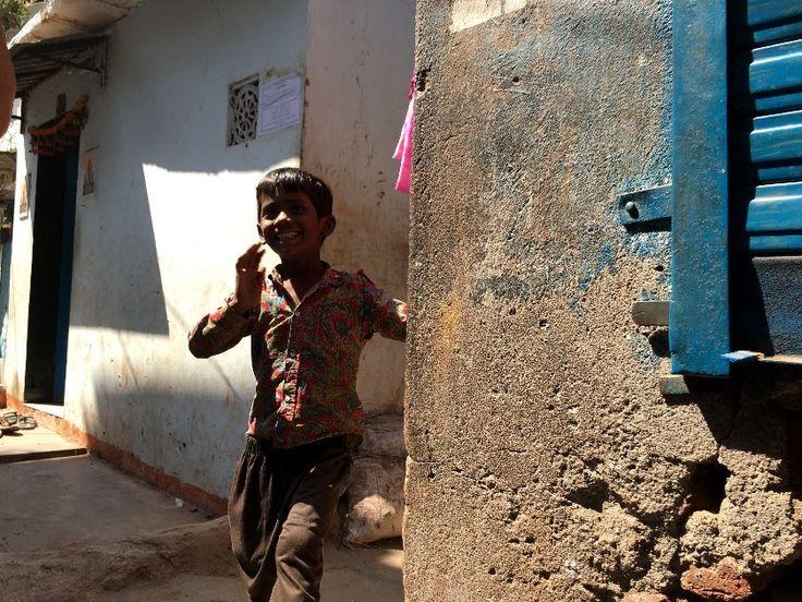 Visiter le bidonville de Dharavi à Bombay : du voyeurisme ? Pas si l'on fait la visite avec une ONG et dans le respect des habitants de cette ville dans la ville.
