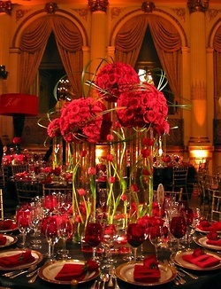 Red is a beautiful wedding color choice year round but this red holiday wedding decor is stunning!