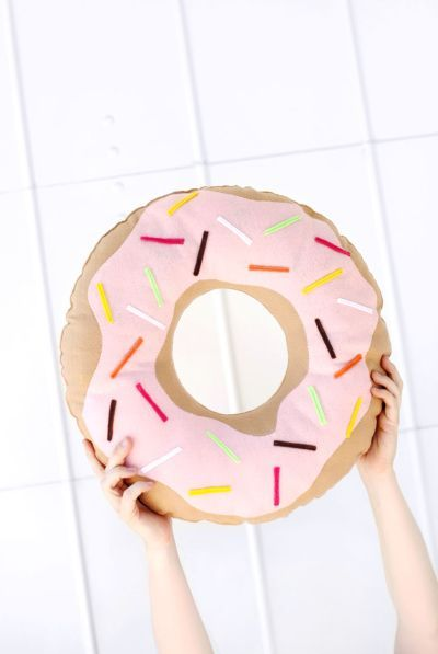 Faça esta almofada formato de donut e deixe a sua casa muito mais divertida e animada.