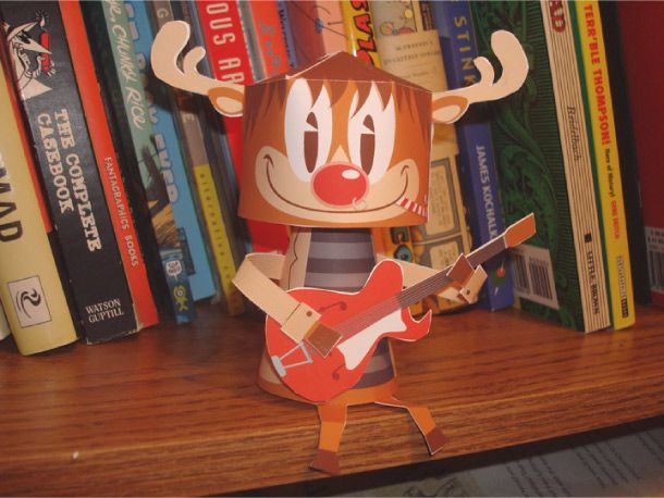 Encore un papertoy pour Noël ! Rockin' Rudy est un petit caribou musicien et mélomane, qui ne peut s'empêcher de remuer la tête dès qu'il entend (ou joue) de la musique. Non seulement renne de tête sur le traineau du…