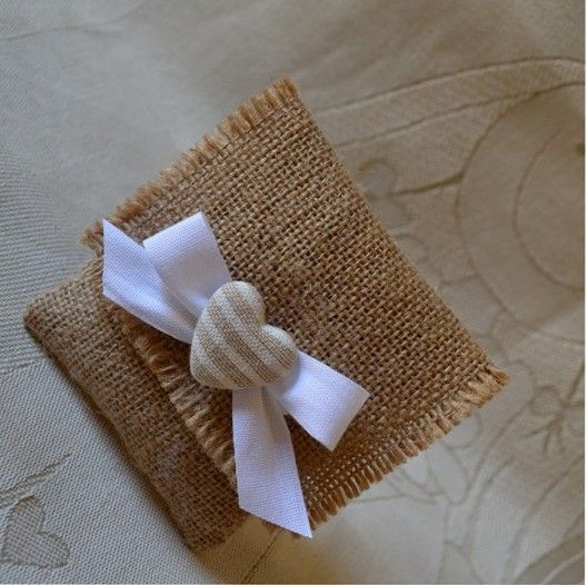 Pochette in yuta naturale con fiocco di fettuccia e mollettina con cuore in stoffa.  Ideale anche come segnaposto. Misura: h10 x 9,5 cm  Personalizzabile.