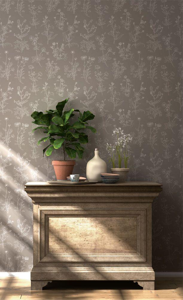 Välkomnande hall med vackert botaniskt mönster på tapeten i en dov, jordnära kulör från kollektionen Flora 897449. Klicka för att se fler fina tapeter för ditt hem!
