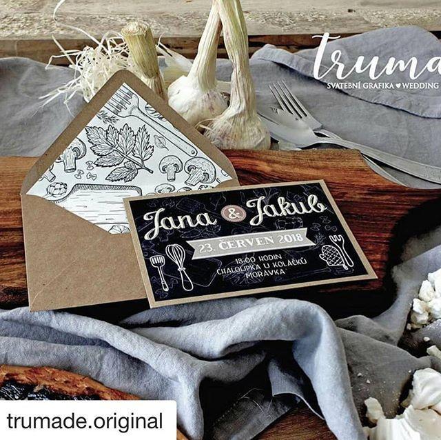 Naše pasová zástěra v odstínu Paloma Grey na krásné fotce od specialistů na svatební grafiku @trumade.original Děkujeme! #vydra_volkmer #trumade #len #svatba #foodlovers #czechlinen #českýlen