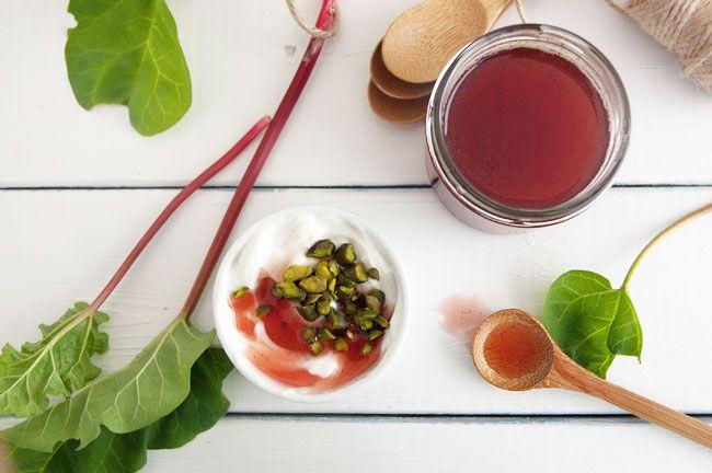Rabarbersirup smager fantastisk på alt fra yoghurt til is og frugt - det er en koncentreret smag af rabarber og vanilje - få opskriften