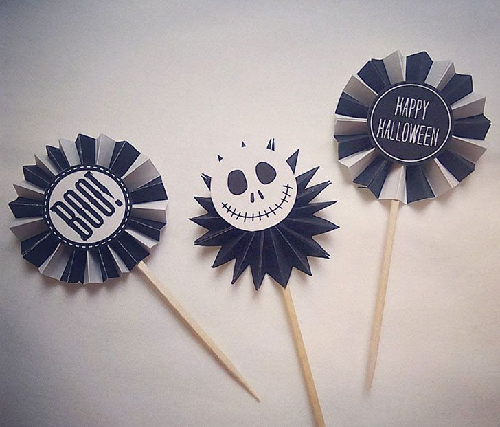 小さなペーパファンで作ったロゼットがトップに付いているパーティーピックの作り方を紹介します。ボリュームがあって存在感のあるピックなので、カップケーキやドーナツなどに刺しておくだけで、とても華やかな演出ができます。