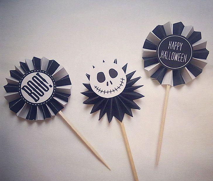 ロゼットの真ん中に貼り付けるラベルは、ハロウィンデザインのラベルを5種類用意しました。ペーパーファンのカラーはオレンジ&黒、白&黒、黒のみ、の3色を用意しました。お好みおカラーやデザインを組み合わせて作れる様になっています。  ロゼットパーティーピックの作り方 用意するもの  ロゼットパーティーピックの印刷素材 爪楊枝 カッター&定規 ハサミ 5mm幅の両面テープ または のり 工作用ボンド インクジェット紙(の方が綺麗です)    作り方 1.素材を印刷する  ロゼットパーティーピックの印刷素材を開き、インクジェット紙に印刷します。 2.素材を切り抜く  印刷した素材から作りたいパーツを選び、切り抜きます。今回は「HAPPY HALLOWEEN」のラベルと白&黒のペーパーファン素材で、モノトーンなロゼットパーティーピックを作りながら説明していきます。 3.折り目を付ける  3枚のペーパーファン素材を、それぞれ半分に折って、折り目を付けます。しっかり折り目が付いたら開いて戻します。 4.蛇腹に折る…