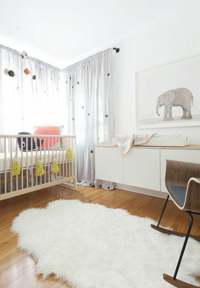 rideaux chambre enfant blanc avec un tapis blanc et sol en parquette