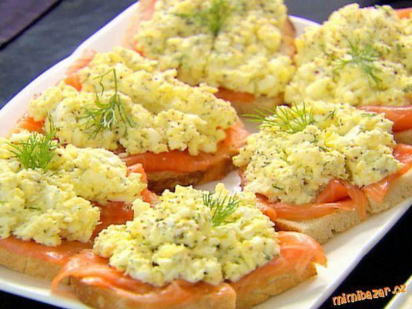 Vajíčková pomazánka s celerem- výborná  1 vanička pomazánkového másla bez příchutě, 1 čtvereček Apetita, kousek másla pokojové teploty, dijonská hořčice, sůl, bílý ml. pepř, bílá cibule (pórek), 6 vařených vajec, kousek čerstvého celeru-bulva, citronová šťáva, špetka cukru. Na ozddobu : zelené natě nebo bylinky.   Šlehačem zpracujeme všechny přísady (kromě vajec a celeru). Do pěny a přidáme nasekaná vejce a jemně nastrouhaný celer. Vmícháme zelené naťě nebo posypeme až jednotlivé porce.