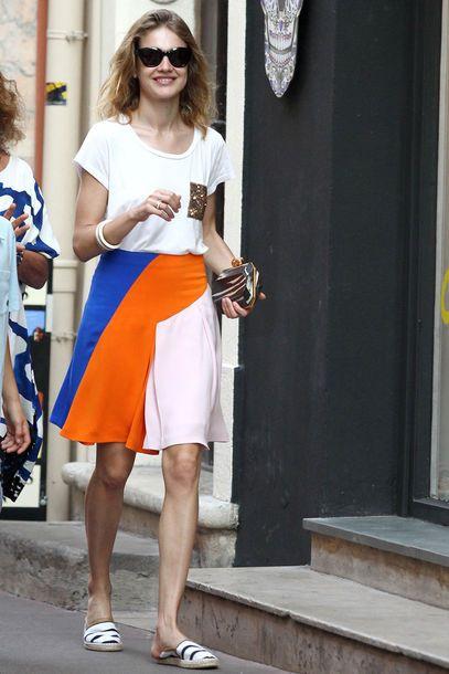 Stilgerecht: Model Natalia Vodianova trug beim Familienurlaub in St. Tropez eine Rockvariation aus der Resort-Kollektion 2013 von Christian Dior zu schlichtem Shirt und Leinenschuhen von Toms.