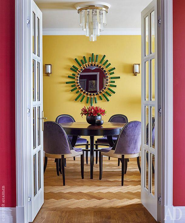 Гостиная. Светильник изготовлен на заказ. Зеркало, Christopher Guy. Бра, Visual Comfort & Co. Стол, Busatto. Стулья, Paulo Antunes.