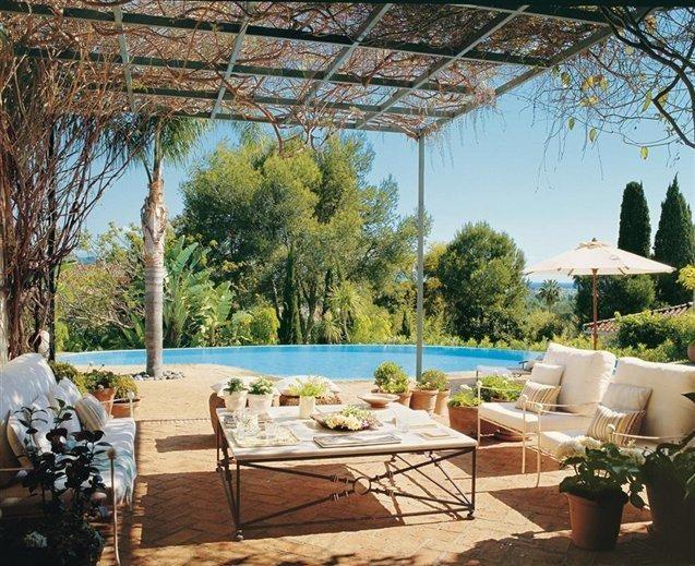 En la revista el mueble online, he encontrado esta maravilla de casa, situada en Cádiz, de la que me gustaría resaltar los muebles de forja que tiene lacados en color hueso. Fijaros a la derecha con las dos banquetas y a la izquierda con el sofá. Da una sensación de serenidad y sigue la moda actual de forja lacada. ¡Espero que os guste!