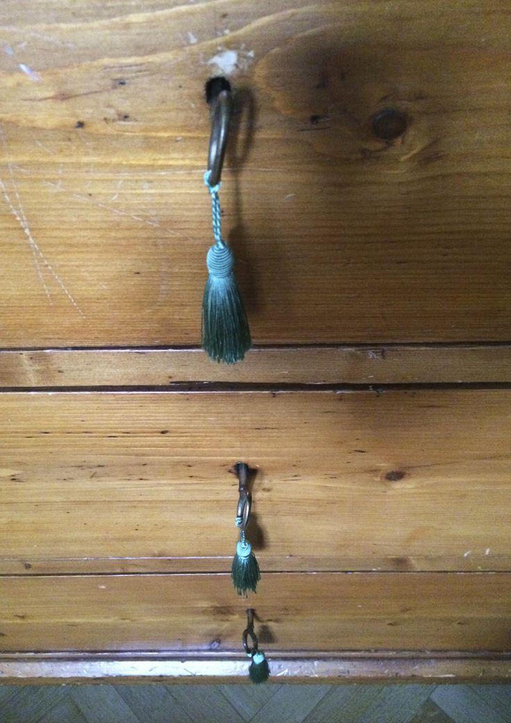 Nappine per chiavi d'epoca originali con ciuffi di seta color petrolio chiaro. Progetto e collezione privata di STRA-DE STRATEGIC-DESIGN.