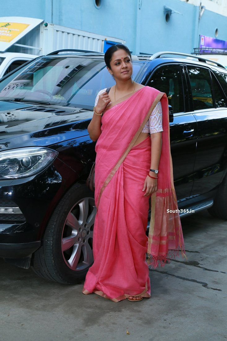 Tamil Actress Jyothika in Saree in 36 Vayadhinile Movie Pictures (21) at 36 Vayadhinile Heroine Jyothika Movie Wallpapers HD  #36Vayadhinile #Jyothika