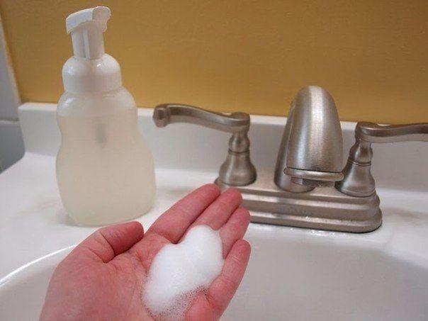 КАК ПРЕВРАТИТЬ ОБМЫЛКИ В ПРЕВОСХОДНОЕ ЖИДКОЕ МЫЛО  Соберите обмылки – вам понадобится некоторое время, чтобы накопить достаточное количество. Натрите на мелкие куски с помощью терки. Возьмите флакон для жидкого мыла с дозатором, налейте в него лимонный сок, затем колпачок глицерина. В бутылку засыпьте мыло и залейте горячей водой. Поставьте бутылку настояться на протяжении 2-3 дней, перед применением встряхните.  Все - ваше эксклюзивное мыло готово!