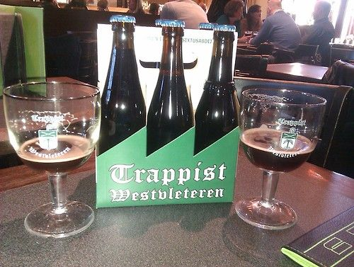 Dégustation d'une trappiste de Westvleteren à l'Abbaye de Westvleteren, c'est tellement bon que je n'ai pas su attendre pour prendre la photo… par Laurent Cousin - Lundi 29 octobre #beertime