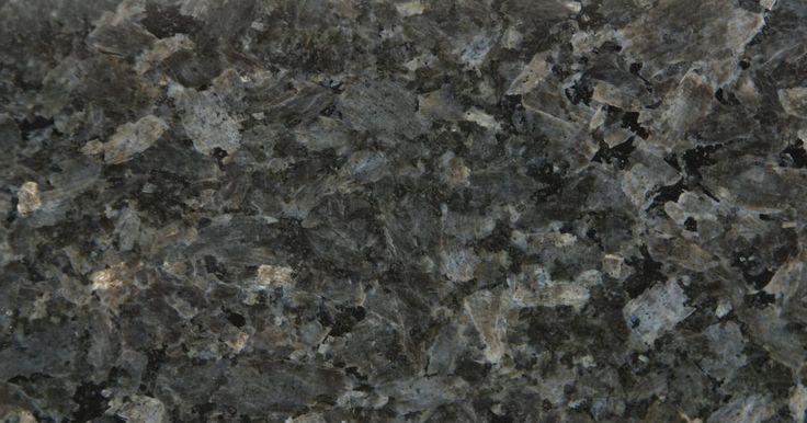 Fabrica tú mismo una encimera de granito. El granito es una piedra duradera a menudo utilizada para hacer la superficie de las encimeras. Si deseas este aspecto para todas tus encimeras pero no quieres pagarle a alguien para que las instale, puedes crear la superficie con baldosas de granito. Instalar granito en la madera contrachapada del subsuelo de la encimera no es más complicado que ...