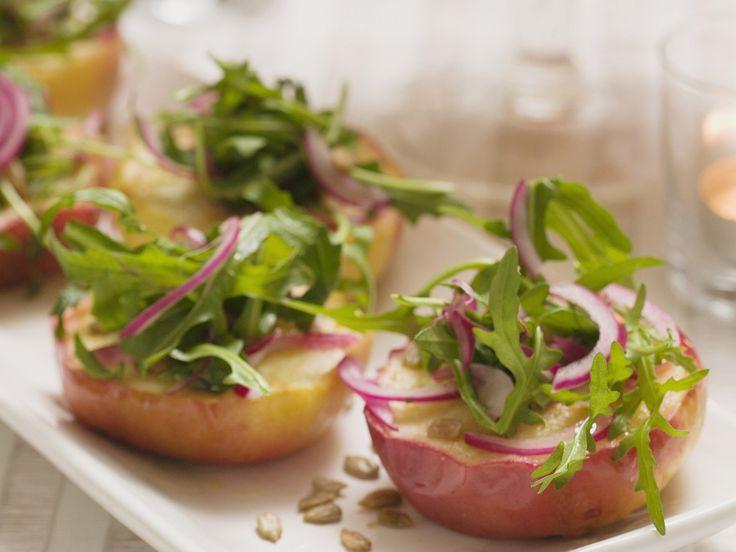 Gebratene Äpfel mit Zwiebel-Rucola-Salat | Zeit: 30 Min. | http://eatsmarter.de/rezepte/gebratene-aepfel-mit-zwiebel-rucola-salat