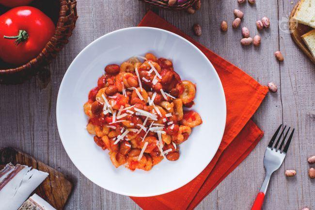 I Pisarei e fasò sono un'antica ricetta Emiliana, costituita da gnocchetti di farina e pangrattato conditi con fagioli, lardo e pomodoro.
