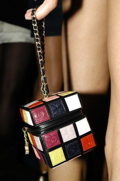 """Un """"sac à main carré"""" : c'est tellement sensé ! Chanel nous rappelle que depuis des lustres nous cherchons à mettre dans nos sacs pas carrés plein de choses qui ne le sont désespéremment pas ;-)!"""