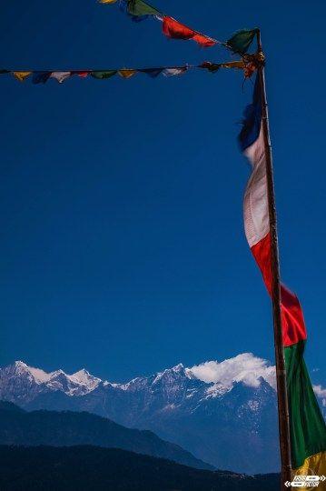 En Katmandú una tienda de ropa de montaña es, al mismo tiempo, una lavandería y una agencia de viajes que ofrece lo mismo que las otra mil tiendas que hay por el barrio de Thamel. A parte de la gestión de billetes de avión o autobús y las excursiones a las junglas de alguno de los carísimos parques nacionales sólo tienen tres trekking; alrededor del Annapurna; el campo base del Annapurna; y el campo base del Everest (Everest Base Camp). #EBC #trekkinginhimalayas