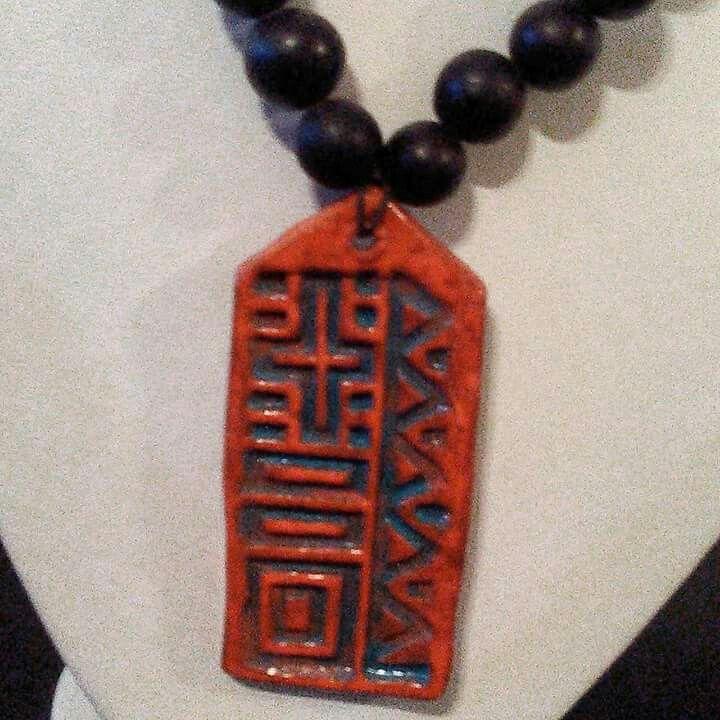 Collar con sello de la Ednia Piaroa de Venezuela hecho de arcilla. Facebook: Sonidos del alma
