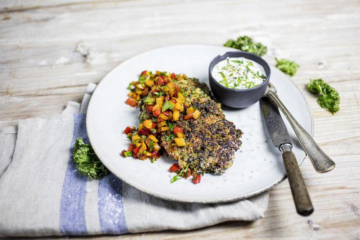 Quinoa- og grønnkålpletter med paprikasalsa og hvitløksyoghurt