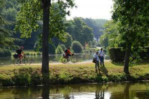 D'ouest en est, le territoire de Pontivy est rythmé par trois cours d'eau. La Sarre coule à l'ouest.  Le Blavet, plus imposant, est un fleuve côtier. Il traverse Pontivy Communauté en plein centre et rejoint l'océan à Lorient. La rivière Oust est la frontière du territoire. Affluent de la Vilaine, elle rejoint son cours à Redon. Ces cours d'eau offrent des lieux de pêche et de randonnée exceptionnels. Découvrez les loisirs et sports nature !
