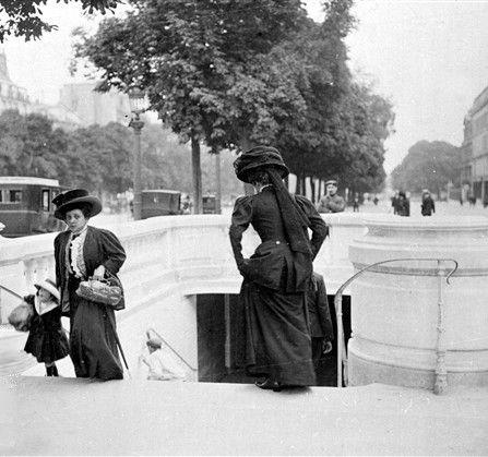 Passage souterrain sur les Champs-Elysées. Paris (VIIIème arr.), 1909. © Maurice-Louis Branger / Roger-Viollet