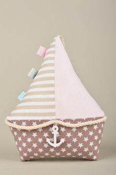 El juguete de peluche está cosido de una tela especial, relleno de fibra hueca. Está decorado con diferentes elementos decorativos. Este muñeco de trapo alegrará a una chica que adora crear la...