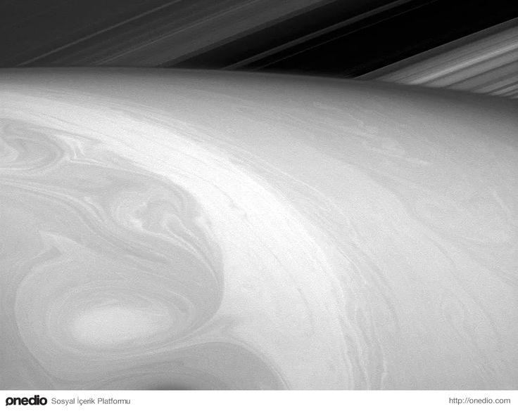 Satürn'ün halkasından 25 derecelik bir açıyla elde edilen bir görüntü. Kırmızı ışıkla elde edilen görüntü 23 Ağustos 2014'te Cassini uzay mekiği tarafından çekilmiş.