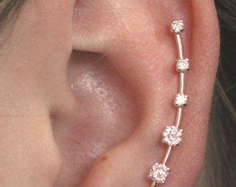 Ce qui est ne pas à l'amour sur cette simple et élégant à la main a martelé boucle d'oreille broche. Il s'adapte à gracieusement jusquà la forme naturelle de l'oreille de miroitement et de peps! Il est disponible en argent ou jaune 14 carats ou Rose Gold Filled. Cette boucle d'oreille seulement nécessite un perçage des oreilles standard et est très facile à mettre. Il est en forme de la même façon à une épingle à cheveux, et il y a un fil à l'arrière de l'oreille qui tient l'axe de…