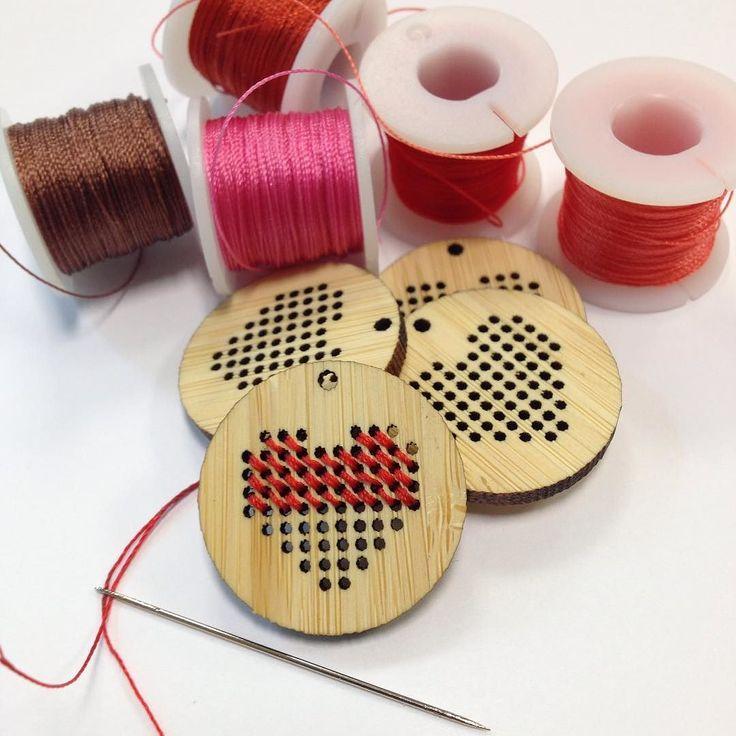 Bamboe hangers met hart borduren met warme rode tinten. - Making Embroidery in bamboo pendants with shades of red. #hart #red #rood #bamboo #instajewelry #pendant #embroidery #geborduurd #hanger #ketting #necklace #crossstitch
