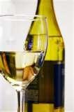 46 – VINO BLANCO. Vino elaborado a partir de uvas blancas cuyo mosto se separa del hollejo antes de la fermentación.